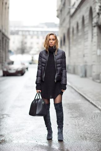 Wie kombinieren: schwarze Daunenjacke, schwarzes Strick Sweatkleid, dunkelgraue Overknee Stiefel aus Wildleder, schwarze Shopper Tasche aus Leder