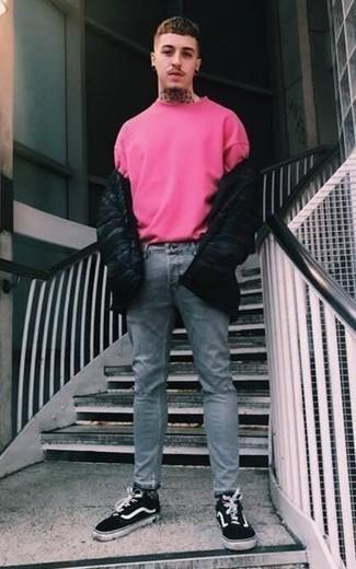 Wie Daunenjacke mit Jeans zu kombinieren: trends 2020: Kombinieren Sie eine Daunenjacke mit Jeans, um mühelos alles zu meistern, was auch immer der Tag bringen mag. Suchen Sie nach leichtem Schuhwerk? Vervollständigen Sie Ihr Outfit mit schwarzen und weißen Segeltuch niedrigen Sneakers für den Tag.