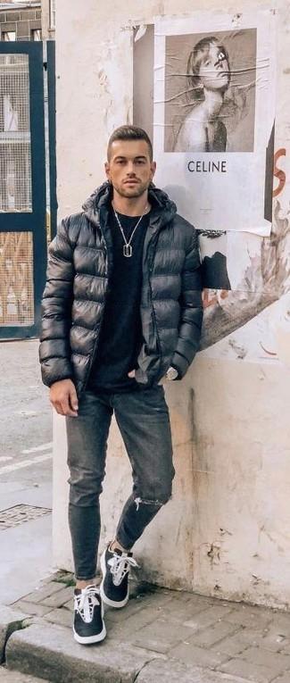 Wie kombinieren: schwarze Daunenjacke, schwarzes T-Shirt mit einem Rundhalsausschnitt, dunkelgraue Jeans mit Destroyed-Effekten, schwarze und weiße hohe Sneakers