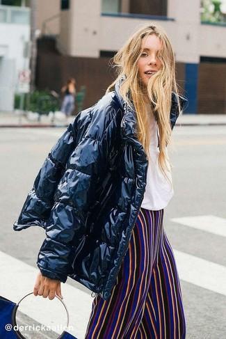 Mädchenmode für Teenager 2020: Um einen einfachen aber mühelosen Alltags-Look zu zaubern, kombinieren Sie eine schwarze Daunenjacke mit einer mehrfarbigen vertikal gestreiften weiter Hose.