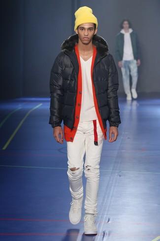 Wie kombinieren: schwarze Daunenjacke, rote Strickjacke, weiße enge Jeans mit Destroyed-Effekten, weiße niedrige Sneakers