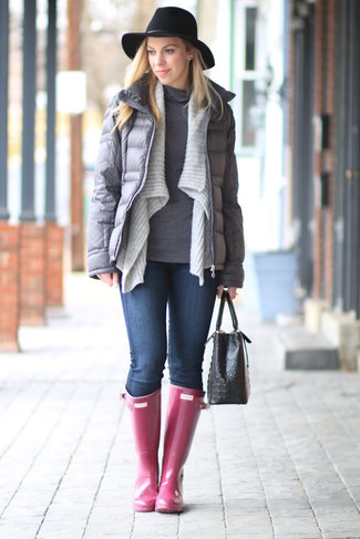Wie kombinieren: graue Daunenjacke, graue Strickjacke mit einer offenen Front, grauer Rollkragenpullover, dunkelblaue enge Jeans