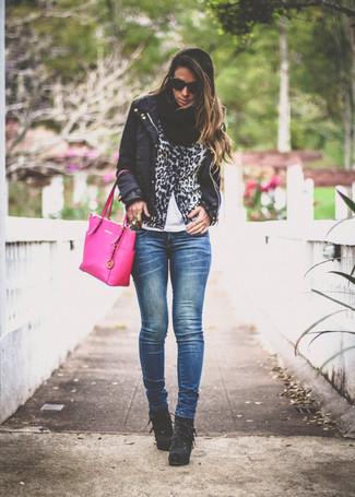 Die Kombination von einer schwarzen leichten Daunenjacke und dunkelblauen engen Jeans erlaubt es Ihnen, Ihren Freizeitstil klar und einfach zu halten. Schwarze Schnürstiefeletten aus Wildleder sind eine einfache Möglichkeit, Ihren Look aufzuwerten.