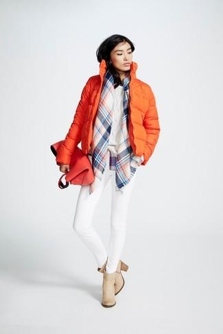 Wie kombinieren: orange Daunenjacke, weißer Strickpullover, weiße enge Jeans, hellbeige Leder Stiefeletten