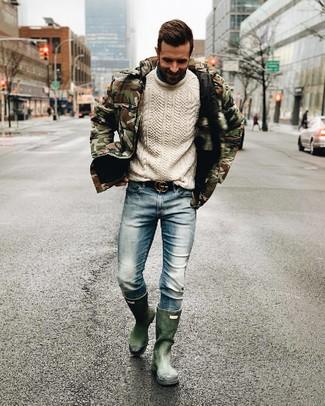 olivgrüne Camouflage Daunenjacke, weißer Strickpullover, hellblaue Jeans, dunkelgrüne Gummistiefel für Herren
