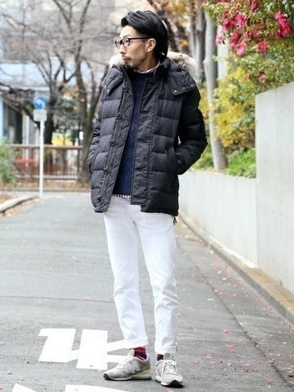 Dunkelgraue Daunenjacke kombinieren – 65 Herren Outfits: Kombinieren Sie eine dunkelgraue Daunenjacke mit einer weißen Chinohose für Ihren Bürojob. Fühlen Sie sich mutig? Entscheiden Sie sich für grauen Sportschuhe.