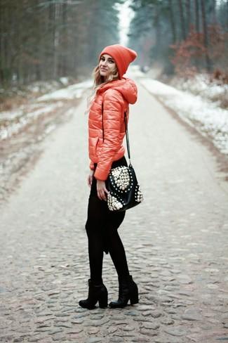 Wie kombinieren: rote Daunenjacke, schwarzes Strick Sweatkleid, schwarze Leder Stiefeletten, schwarze verzierte Leder Umhängetasche