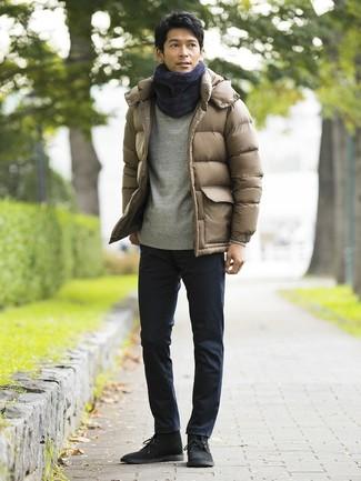 Wie kombinieren: beige Daunenjacke, graues Sweatshirt, dunkelblaue Chinohose, schwarze Chukka-Stiefel aus Wildleder