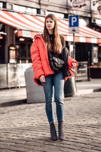Wie kombinieren: rote Daunenjacke, schwarzes Sweatshirt, blaue enge Jeans, dunkelbraune Wildleder Stiefeletten