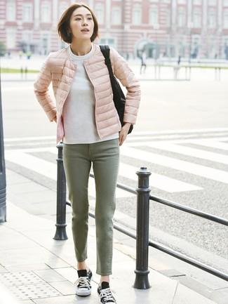 Wie kombinieren: rosa Daunenjacke, weißes Sweatshirt, olivgrüne Jeans, schwarze und weiße Segeltuch niedrige Sneakers