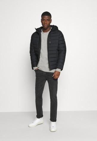 Graues Sweatshirts kombinieren – 366 Herren Outfits: Kombinieren Sie ein graues Sweatshirts mit dunkelgrauen Jeans für ein bequemes Outfit, das außerdem gut zusammen passt. Komplettieren Sie Ihr Outfit mit weißen Leder niedrigen Sneakers.