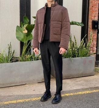 kühl Wetter Outfits Herren 2020: Kombinieren Sie eine braune Daunenjacke mit einer schwarzen Chinohose für einen für die Arbeit geeigneten Look. Machen Sie Ihr Outfit mit schwarzen Leder Derby Schuhen eleganter.