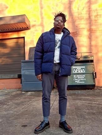 Dunkelgraue Chinohose kombinieren – 448 Smart-Casual Herren Outfits kalt Wetter: Entscheiden Sie sich für eine dunkelblaue Daunenjacke und eine dunkelgraue Chinohose, wenn Sie einen gepflegten und stylischen Look wollen. Fühlen Sie sich mutig? Entscheiden Sie sich für schwarzen klobigen Leder Derby Schuhe.