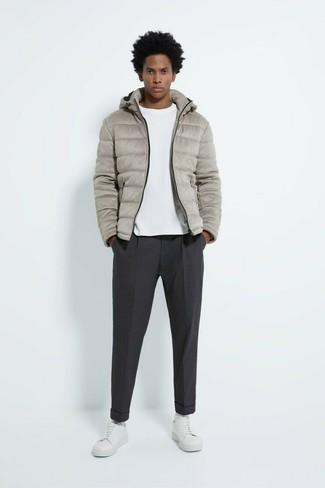 Dunkelgraue Chinohose kombinieren – 500+ Herren Outfits kalt Wetter: Kombinieren Sie eine graue Daunenjacke mit einer dunkelgrauen Chinohose, wenn Sie einen gepflegten und stylischen Look wollen. Fühlen Sie sich ideenreich? Wählen Sie weißen Leder niedrige Sneakers.