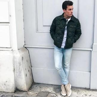 Wie kombinieren: dunkelgrüne Daunenjacke, weißes T-Shirt mit einem Rundhalsausschnitt, hellblaue enge Jeans, hellbeige Leder niedrige Sneakers