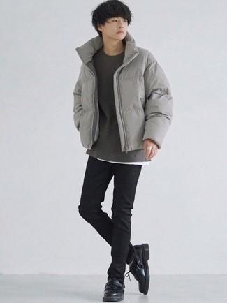 Teenager: Outfits Herren 2021: Arbeitsreiche Tage verlangen nach einem einfachen, aber dennoch stylischen Outfit, wie zum Beispiel eine graue Daunenjacke und schwarze enge Jeans. Vervollständigen Sie Ihr Outfit mit schwarzen Leder Derby Schuhen, um Ihr Modebewusstsein zu zeigen.