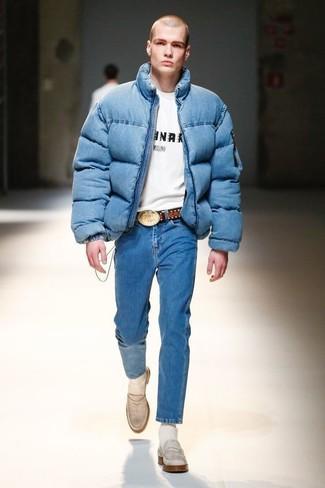 Wie kombinieren: blaue Daunenjacke, weißes und schwarzes bedrucktes T-Shirt mit einem Rundhalsausschnitt, blaue Jeans, weiße Leder Slipper
