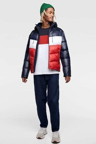 Wie kombinieren: weiße und rote und dunkelblaue Daunenjacke, weißes und rotes und dunkelblaues T-Shirt mit einem Rundhalsausschnitt, dunkelblaue Jeans, graue Sportschuhe