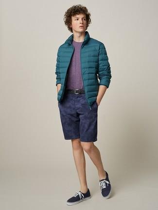 Wie kombinieren: dunkeltürkise Daunenjacke, lila T-Shirt mit einem Rundhalsausschnitt, dunkelblaue Shorts, dunkelblaue Segeltuch niedrige Sneakers
