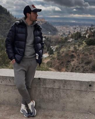 Trainingsanzug kombinieren – 134 Herren Outfits: Paaren Sie einen Trainingsanzug mit einer dunkelblauen Daunenjacke für einen bequemen Alltags-Look. Fühlen Sie sich ideenreich? Vervollständigen Sie Ihr Outfit mit dunkelblauen und weißen Sportschuhen.