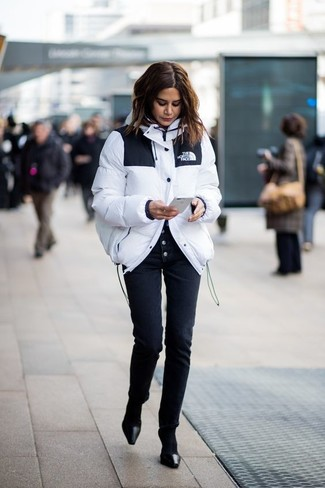 Wie kombinieren: weiße Daunenjacke, schwarze enge Hose, schwarze Leder Pumps, schwarze Socke