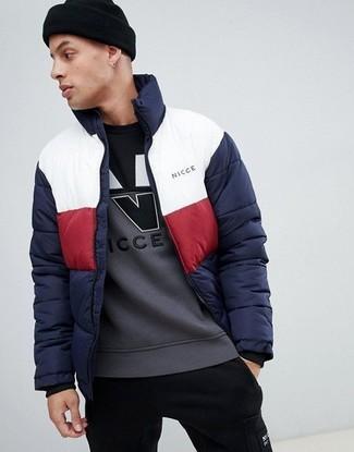 Wie kombinieren: weiße und rote und dunkelblaue Daunenjacke, graues bedrucktes Sweatshirt, schwarze Jogginghose, schwarze Mütze