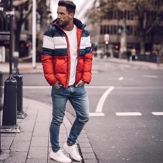 Wie kombinieren: weiße und rote und dunkelblaue Daunenjacke, weißes T-Shirt mit einem Rundhalsausschnitt, blaue enge Jeans, weiße Leder niedrige Sneakers