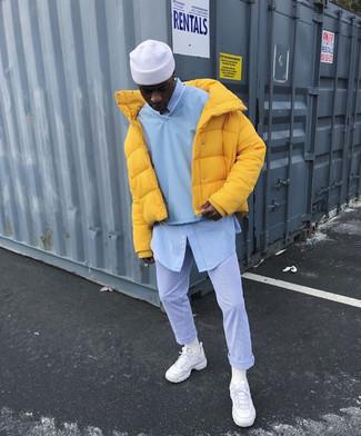 Daunenjacke kombinieren – 500+ Herren Outfits: Erwägen Sie das Tragen von einer Daunenjacke und einer hellblauen vertikal gestreiften Chinohose, um einen modischen Freizeitlook zu kreieren. Fühlen Sie sich mutig? Ergänzen Sie Ihr Outfit mit weißen Sportschuhen.