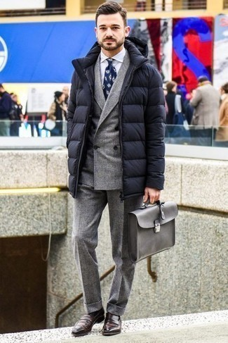 Dunkelbraune Leder Slipper kombinieren – 500+ Herren Outfits: Kombinieren Sie einen schwarzen Daunenmantel mit einem grauen Wollanzug für einen stilvollen, eleganten Look. Dunkelbraune Leder Slipper sind eine großartige Wahl, um dieses Outfit zu vervollständigen.
