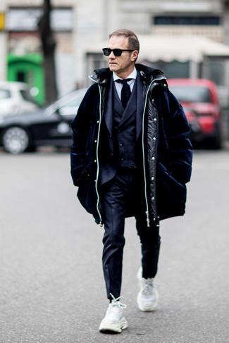 Schwarze Krawatte kombinieren: Vereinigen Sie einen dunkelblauen Daunenmantel mit einer schwarzen Krawatte, um vor Klasse und Perfektion zu strotzen. Fühlen Sie sich ideenreich? Entscheiden Sie sich für weißen Sportschuhe.