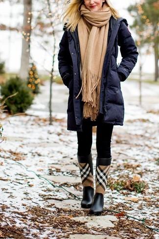 Wie kombinieren: dunkelblauer Daunenmantel, schwarze Leggings, schwarze Gummistiefel mit Schottenmuster, beige Schal