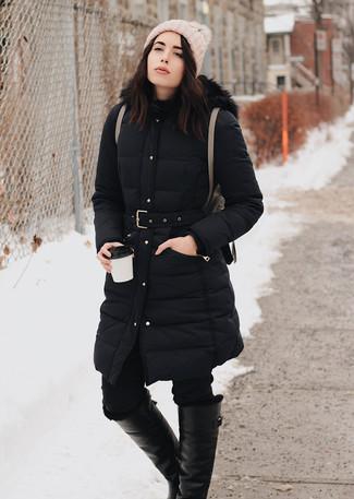 Wie kombinieren: schwarzer Daunenmantel, schwarze enge Jeans, schwarze kniehohe Stiefel aus Leder, brauner Leder Rucksack