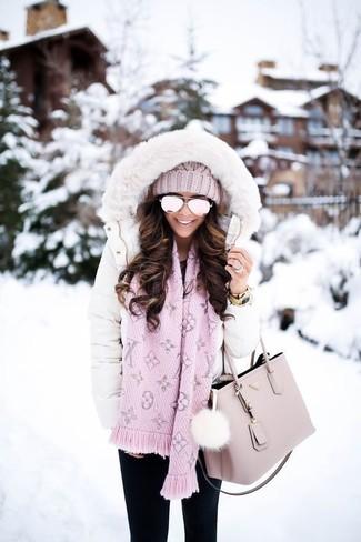 Wie kombinieren: weißer Daunenmantel, schwarze enge Jeans, rosa Shopper Tasche aus Leder, rosa Strick Mütze