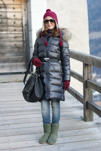 Wie kombinieren: schwarzer Daunenmantel, blaue enge Jeans mit Destroyed-Effekten, grüne Ugg Stiefel, schwarzer Leder Rucksack