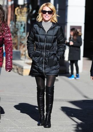 Wie kombinieren: schwarzer Daunenmantel, weißes und schwarzes Freizeitkleid mit Karomuster, schwarze Overknee Stiefel aus Leder, schwarze Sonnenbrille