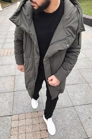 Wie kombinieren: grauer Daunenmantel, schwarzes T-Shirt mit einem Rundhalsausschnitt, schwarze Jogginghose, weiße niedrige Sneakers