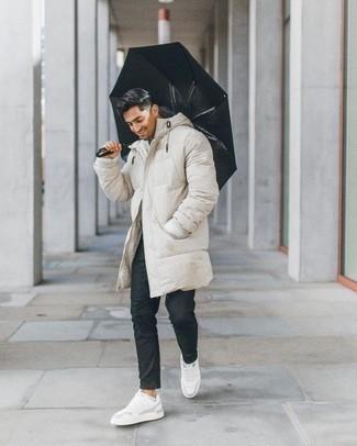 Dunkelgraue Chinohose kombinieren – 500+ Herren Outfits kalt Wetter: Tragen Sie einen hellbeige Daunenmantel und eine dunkelgraue Chinohose, um mühelos alles zu meistern, was auch immer der Tag bringen mag. Suchen Sie nach leichtem Schuhwerk? Wählen Sie weißen Leder niedrige Sneakers für den Tag.
