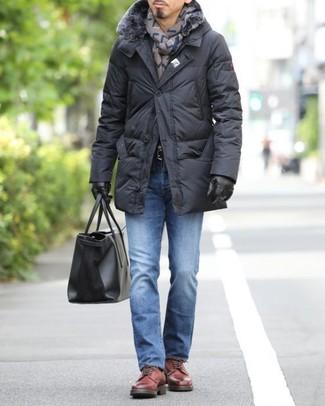 Wie kombinieren: schwarzer Daunenmantel, blaue Jeans, rote Leder Derby Schuhe, schwarze Shopper Tasche aus Leder