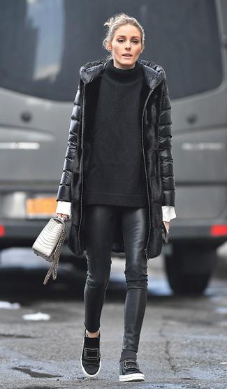 Schwarze enge Hose aus Leder kombinieren: Smart-Casual-Outfits: trends 2020: Erwägen Sie das Tragen von einem schwarzen Daunenmantel und einer schwarzen enger Hose aus Leder, um einen lockeren, aber dennoch schicken Look zu erhalten. Wenn Sie nicht durch und durch formal auftreten möchten, wählen Sie schwarzen Keil Turnschuhe.