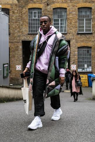 Wie kombinieren: dunkelgrüner Daunenmantel, rosa Pullover mit einem Kapuze, schwarze Chinohose, schwarze Bauchtasche