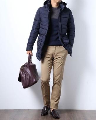 Wie kombinieren: dunkelblauer Daunenmantel, dunkelblauer Pullover mit einem Rundhalsausschnitt, beige Chinohose, dunkelbraune Leder Slipper