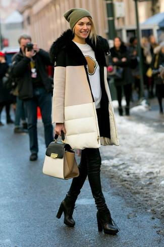 dc227734c55f Wie kombinieren  hellbeige Daunenmantel, weißer bedruckter Pullover mit  einem Rundhalsausschnitt, schwarze enge Hose
