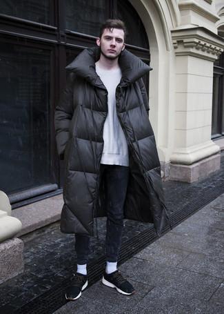 Wie kombinieren: schwarzer Daunenmantel, grauer Pullover mit einem Rundhalsausschnitt, dunkelblaue enge Jeans, schwarze Wildleder Sportschuhe
