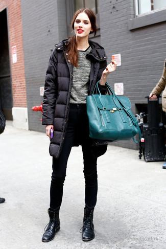 Wie kombinieren: schwarzer Daunenmantel, grauer Pullover mit einem Rundhalsausschnitt, schwarze enge Jeans, schwarze flache Stiefel mit einer Schnürung aus Leder