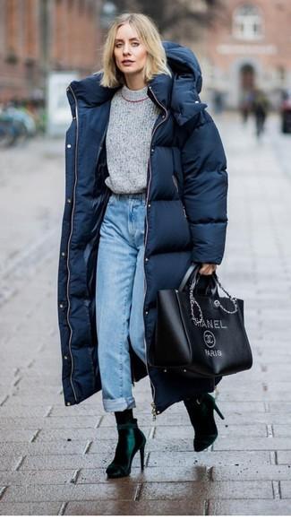 Kombinieren Sie einen dunkelblauen daunenmantel von KIOMI mit hellblauen jeans für einen bequemen Alltags-Look. Fühlen Sie sich mutig? Ergänzen Sie Ihr Outfit mit dunkelgrünen samt stiefeletten.