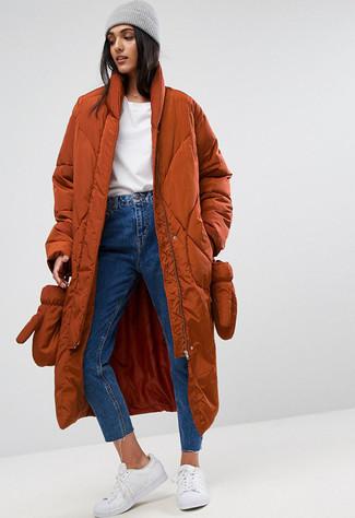 Wie kombinieren: rotbrauner Daunenmantel, weißer Pullover mit einem Rundhalsausschnitt, blaue Jeans, weiße Leder niedrige Sneakers