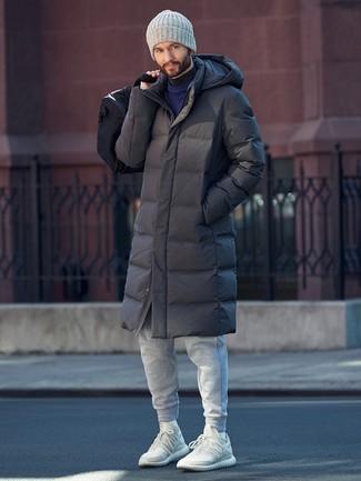 Wie kombinieren: dunkelgrauer Daunenmantel, dunkelblauer Pullover mit einem Rundhalsausschnitt, dunkelgrauer Rollkragenpullover, graue Jogginghose
