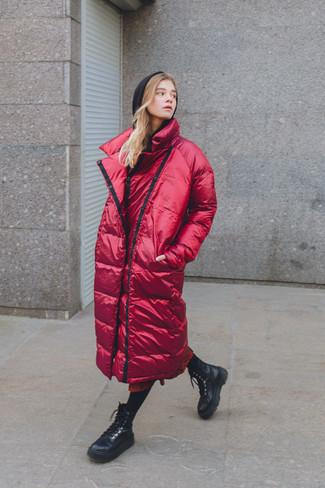 Wie kombinieren: roter Daunenmantel, schwarzer Pullover mit einer Kapuze, roter bedruckter Midirock, schwarze flache Stiefel mit einer Schnürung aus Leder