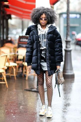 Dunkelbraunen bedruckten Leder Rucksack kombinieren – 9 Damen Outfits: Kombinieren Sie einen schwarzen Daunenmantel mit einem dunkelbraunen bedruckten Leder Rucksack für einen wunderbaren Wochenend-Look. Silberne Leder plateau Slippers bringen klassische Ästhetik zum Ensemble.