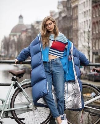 Entscheiden Sie sich für einen dunkelblauen daunenmantel von KIOMI und blauen jeans für ein Alltagsoutfit, das Charakter und Persönlichkeit ausstrahlt. Bringen Sie die Dinge durcheinander, indem Sie weißen niedrige sneakers mit diesem Outfit tragen.